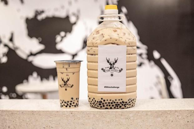 Xuất hiện trà sữa 5 lít siêu to khổng lồ ở Malaysia khiến dân tình đổ xô đi uống thử - Ảnh 5.