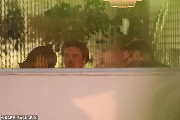 Mặc tin đồn hẹn hò xuất hiện liên tiếp, Brooklyn Beckham lại bị bắt gặp đi ăn tối cùng mỹ nhân Transformers - Ảnh 4.