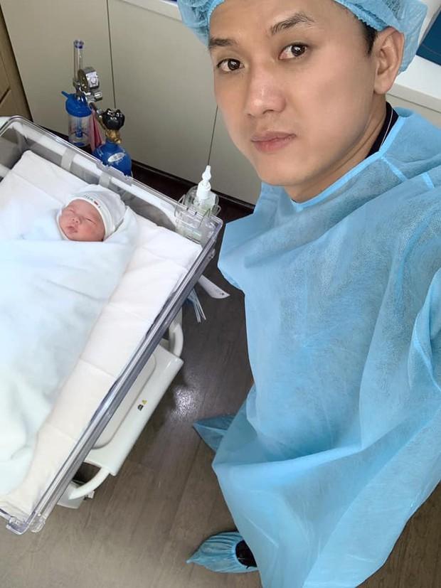 Quách Ngọc Tuyên vui mừng thông báo đã lên chức bố, đón con đầu lòng với bạn gái kém 10 tuổi - Ảnh 3.