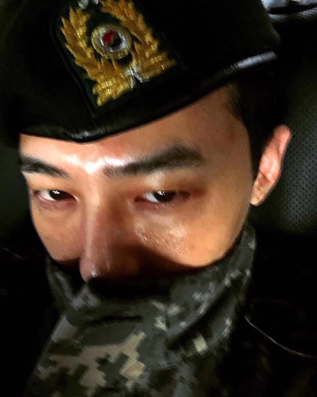 Hậu xuất ngũ, G-Dragon đã có động thái đầu tiên trên MXH: Chỉ 5 bức ảnh đủ thấy đẳng cấp ông hoàng Kpop - Ảnh 1.