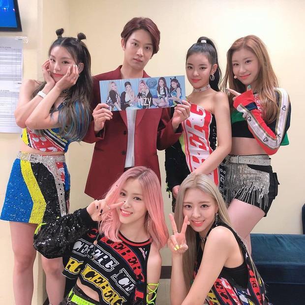 Leeteuk (Super Junior) ghé thăm concert của hậu bối hàng xóm BTS, không quên gửi lời nhắn ngọt ngào đến cậu em J-Hope - Ảnh 2.