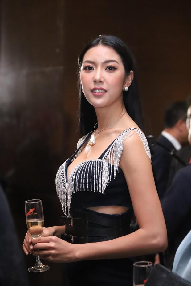 Hoa hậu HHen Niê diện váy xẻ cao vút, đọ sắc với Á hậu Thúy Vân trước giờ G sự kiện AVIFW Thu Đông 2019 - Ảnh 2.