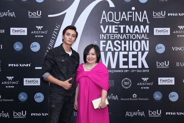 Hoa hậu HHen Niê diện váy xẻ cao vút, đọ sắc với Á hậu Thúy Vân trước giờ G sự kiện AVIFW Thu Đông 2019 - Ảnh 3.