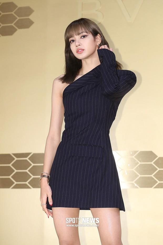 Sự kiện khủng toàn sao hot: Lisa (BLACKPINK) gây choáng với đôi chân siêu thực, lấn át cả vợ Jang Dong Gun và Suho (EXO) - Ảnh 2.