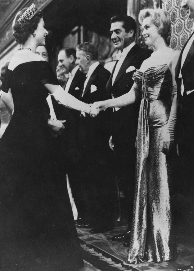 Style của sao Hollywood khi diện kiến Nữ hoàng Anh: Người chuẩn ngôi sao nghiêm túc, người sexy táo bạo không ngờ - Ảnh 1.