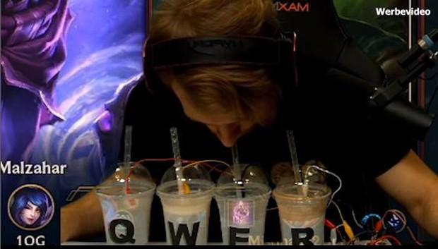 YouTuber thể hiện phong cách chơi Liên Minh Huyền Thoại bằng sữa lắc siêu ảo diệu - Ảnh 2.