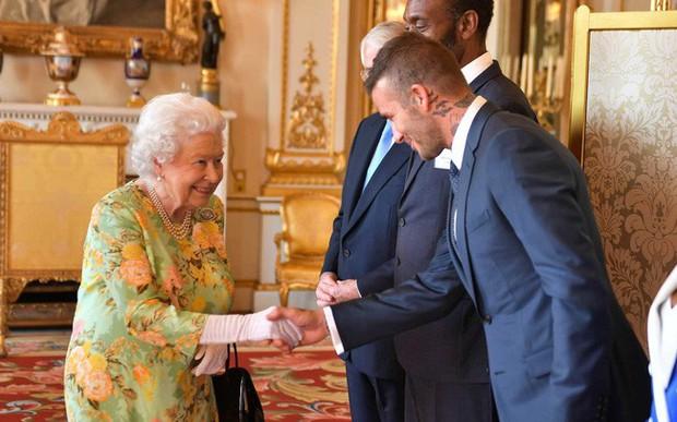 Style của sao Hollywood khi diện kiến Nữ hoàng Anh: Người chuẩn ngôi sao nghiêm túc, người sexy táo bạo không ngờ - Ảnh 11.