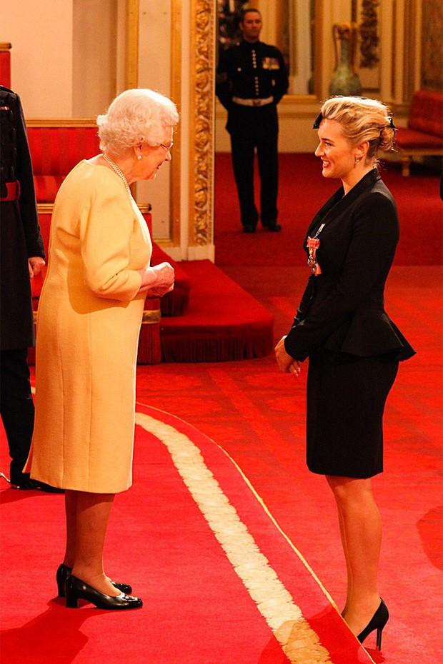 Style của sao Hollywood khi diện kiến Nữ hoàng Anh: Người chuẩn ngôi sao nghiêm túc, người sexy táo bạo không ngờ - Ảnh 13.