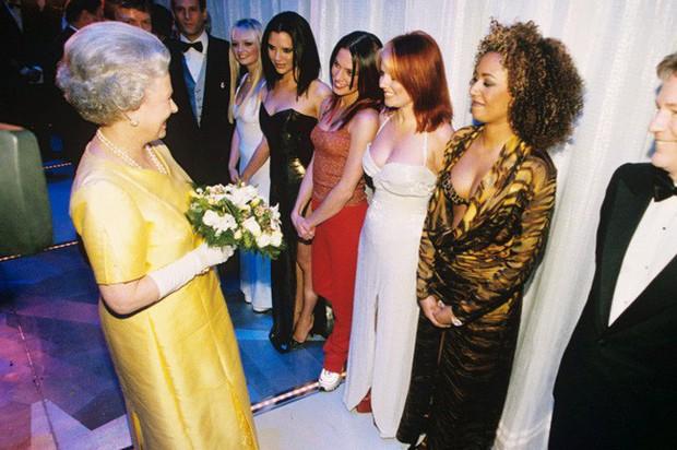 Style của sao Hollywood khi diện kiến Nữ hoàng Anh: Người chuẩn ngôi sao nghiêm túc, người sexy táo bạo không ngờ - Ảnh 3.