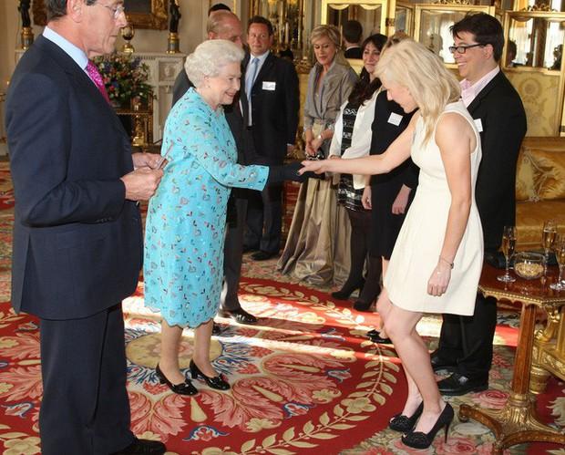 Style của sao Hollywood khi diện kiến Nữ hoàng Anh: Người chuẩn ngôi sao nghiêm túc, người sexy táo bạo không ngờ - Ảnh 4.