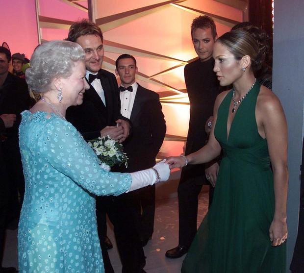 Style của sao Hollywood khi diện kiến Nữ hoàng Anh: Người chuẩn ngôi sao nghiêm túc, người sexy táo bạo không ngờ - Ảnh 6.