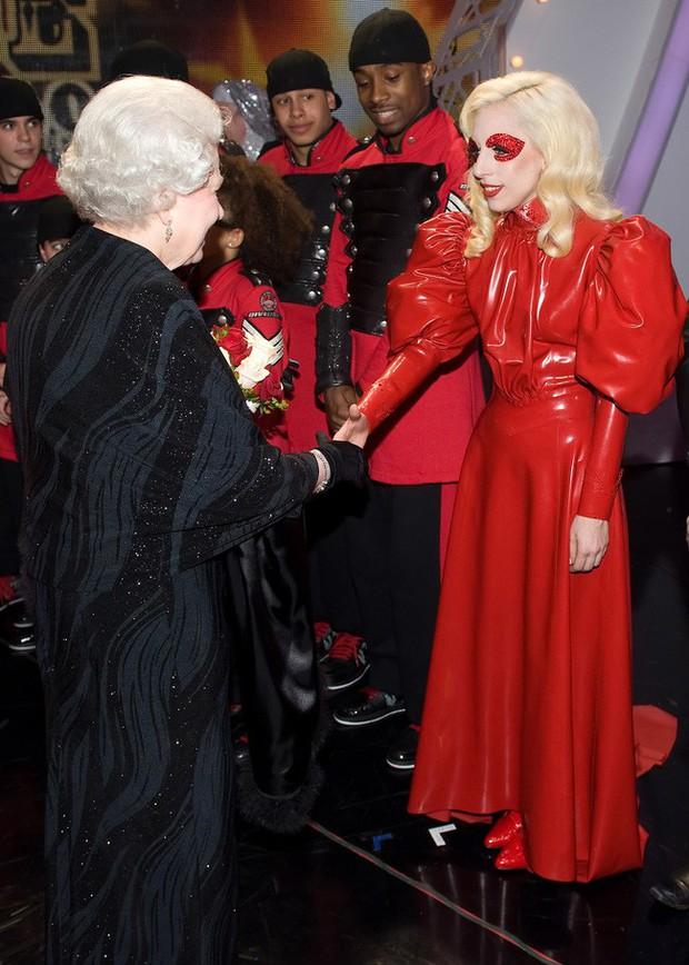 Style của sao Hollywood khi diện kiến Nữ hoàng Anh: Người chuẩn ngôi sao nghiêm túc, người sexy táo bạo không ngờ - Ảnh 7.
