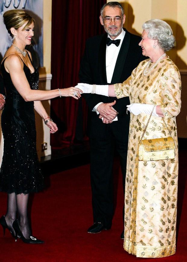 Style của sao Hollywood khi diện kiến Nữ hoàng Anh: Người chuẩn ngôi sao nghiêm túc, người sexy táo bạo không ngờ - Ảnh 8.