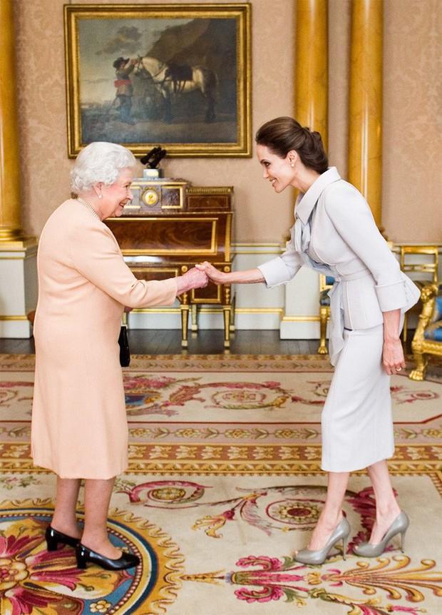 Style của sao Hollywood khi diện kiến Nữ hoàng Anh: Người chuẩn ngôi sao nghiêm túc, người sexy táo bạo không ngờ - Ảnh 10.