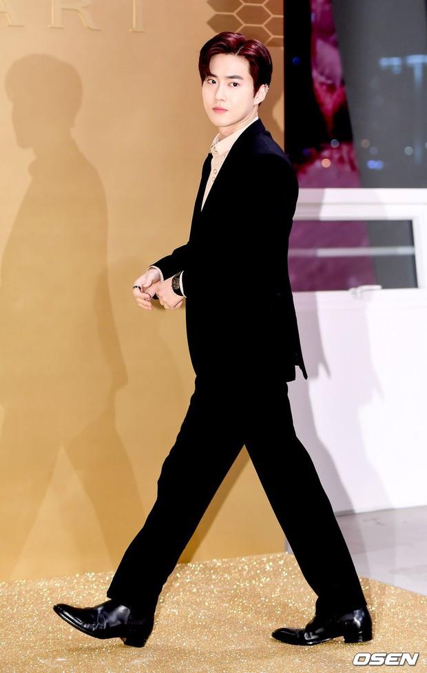 Sự kiện khủng toàn sao hot: Lisa (BLACKPINK) gây choáng với đôi chân siêu thực, lấn át cả vợ Jang Dong Gun và Suho (EXO) - Ảnh 9.