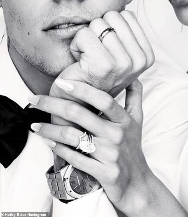 Bóc giá bộ trang sức cưới của vợ chồng Justin Bieber: Nhẫn cô dâu tận 12 tỉ, nhẫn chú rể rẻ hơn 26 lần bộ răng kim cương? - Ảnh 3.