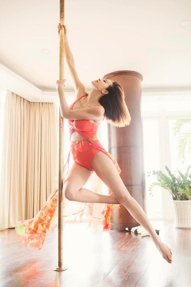 Mẹ bầu táo bạo nhất nhì Vbiz: Siêu mẫu Phương Mai bán nude, dùng tay che ngực trần hờ hững ở những tháng cuối thai kỳ - Ảnh 4.