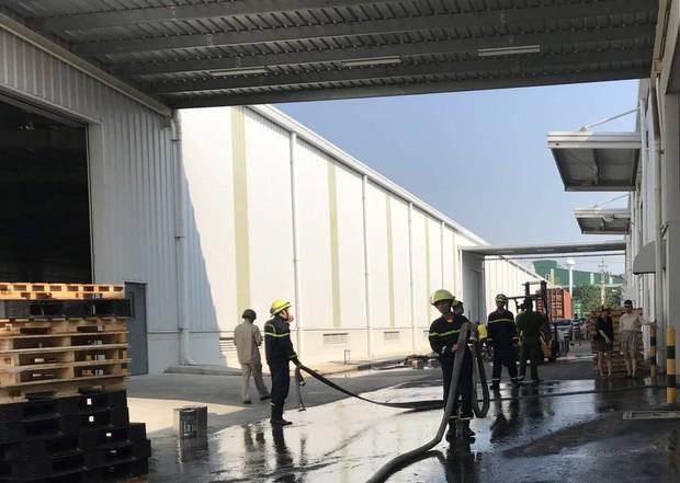 Cháy kho phế liệu, 2 nữ công nhân bị ngạt khói phải nhập viện - Ảnh 2.