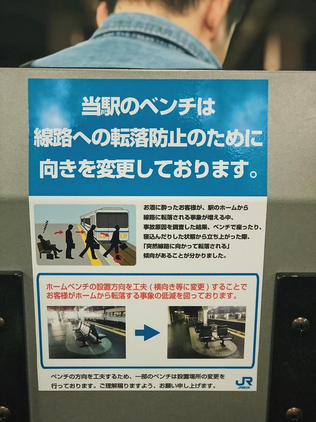 Lo ngại hành khách bước hụt chân xuống đường ray tàu điện ngầm, nhiều nhà ga ở Nhật Bản đã đổi hướng ghế chờ về cùng một chiều - Ảnh 3.