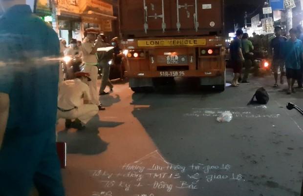 TP.HCM: Được cậu đón đi học về, 2 cháu bé bị xe container cán thương vong - Ảnh 2.