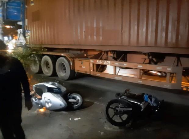 TP.HCM: Được cậu đón đi học về, 2 cháu bé bị xe container cán thương vong - Ảnh 1.