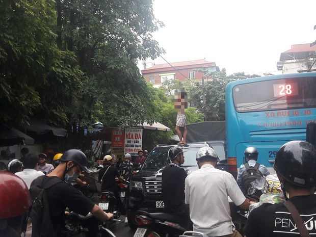 Vụ cô gái 20 tuổi cởi áo nhảy múa trên nóc xe ô tô: Chính quyền địa phương lên tiếng - Ảnh 1.