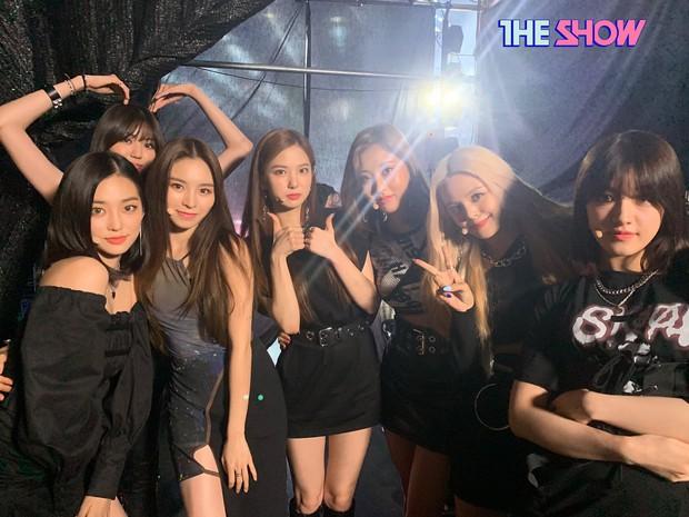 Một thành viên đi vắng mà vẫn phải đảm bảo đủ quân số, CLC lôi luôn chị quản lý lên sân khấu nhảy cùng cho đẹp đội hình - Ảnh 5.