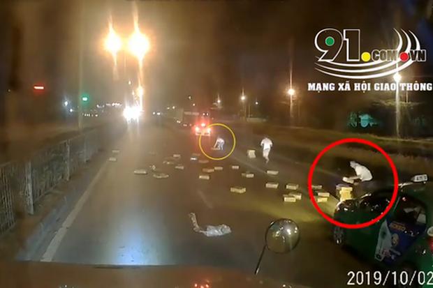 Clip: Xe tải đánh rơi hàng chục thùng mì tôm giữa đường, các tài xế phía sau lập tức tranh nhau hôi của - Ảnh 2.