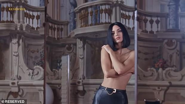 Đến ngất với bộ ảnh hậu trường của Kendall: Nude cũng không gây chú ý bằng ảnh cận mặt như tượng nữ thần Hy Lạp - Ảnh 2.
