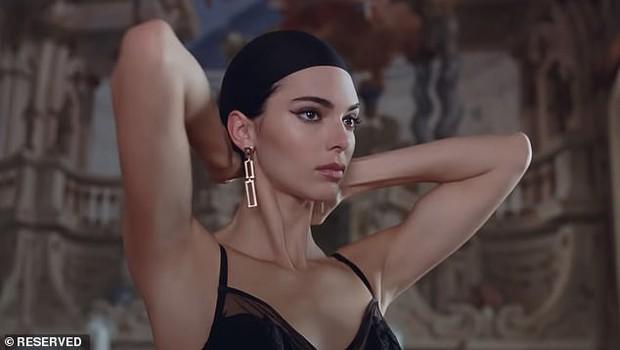 Đến ngất với bộ ảnh hậu trường của Kendall: Nude cũng không gây chú ý bằng ảnh cận mặt như tượng nữ thần Hy Lạp - Ảnh 4.