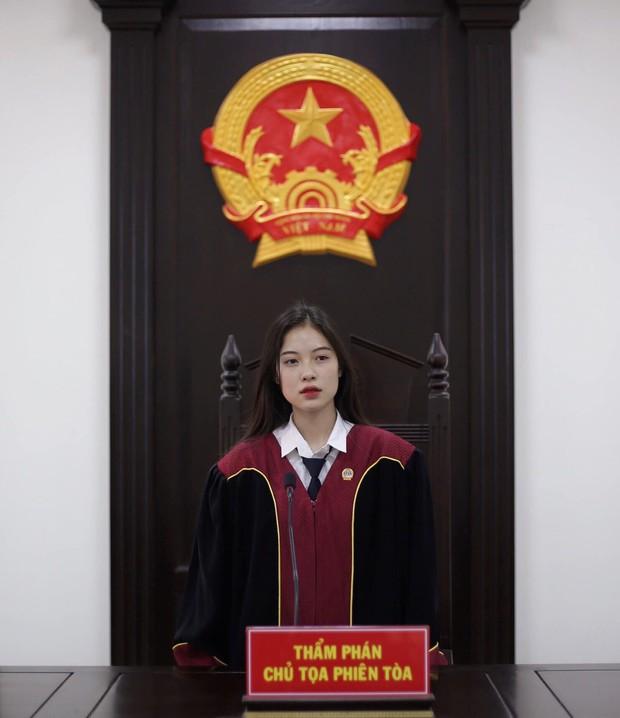 Nữ sinh 1999 ngồi trên ghế chủ toạ với vai trò Thẩm phán khiến dân tình xôn xao vì vừa xinh xắn vừa quá đỗi tài năng - Ảnh 2.