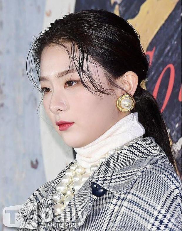 Cây đồ gây tranh cãi của Seulgi: người chê trông như thừa cân, kẻ ví giống bà thím nhà giàu - Ảnh 4.