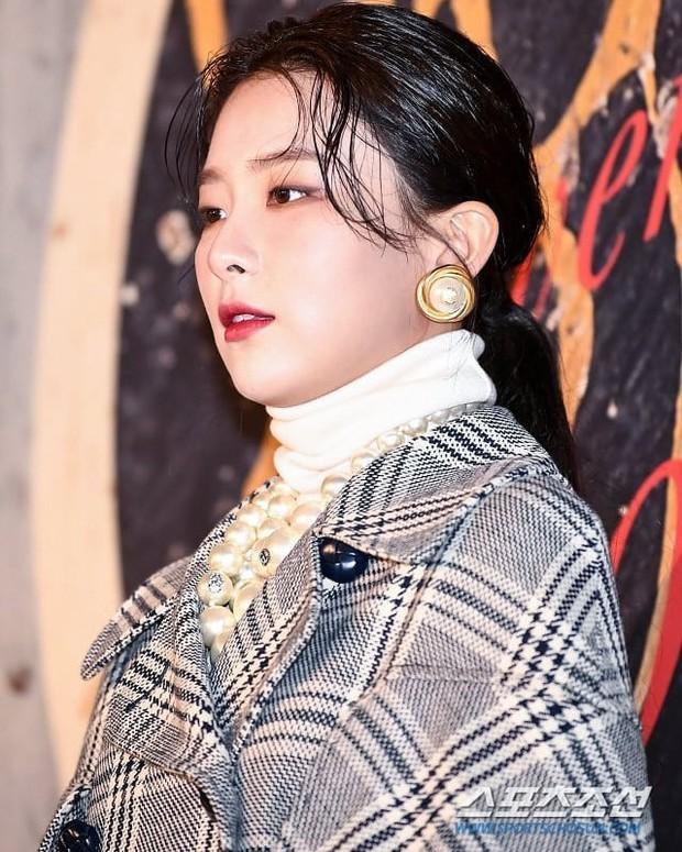 Cây đồ gây tranh cãi của Seulgi: người chê trông như thừa cân, kẻ ví giống bà thím nhà giàu - Ảnh 5.