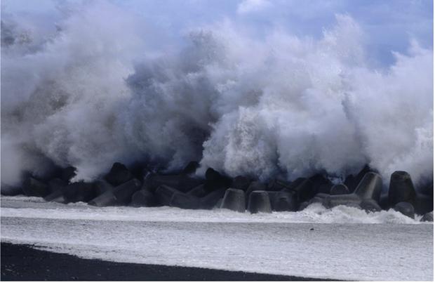 Nhật Bản lại đương đầu với mưa bão và nguy cơ ngập lụt - Ảnh 1.
