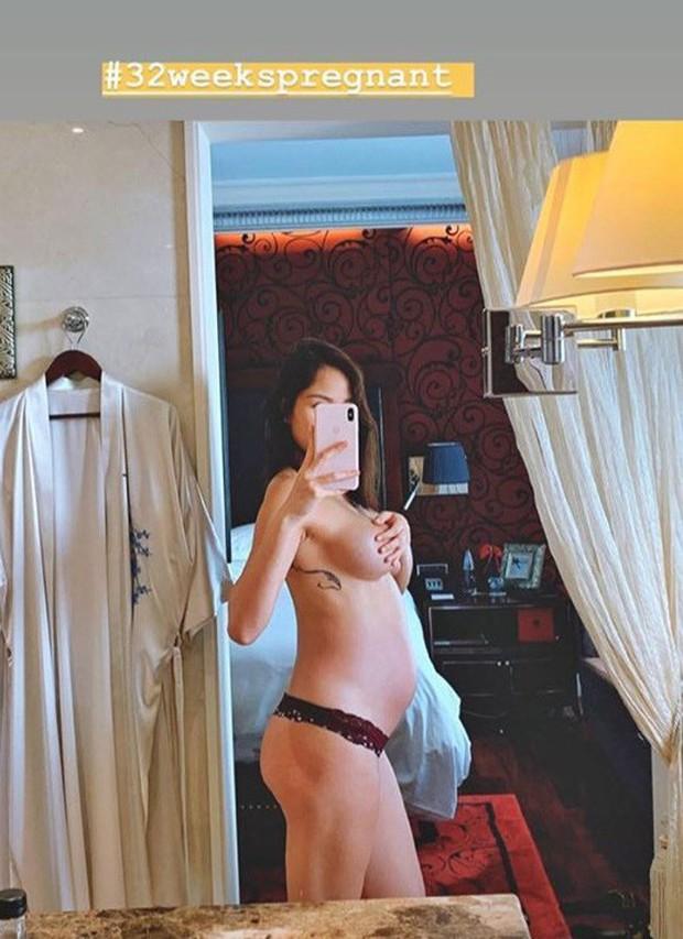 Mẹ bầu táo bạo nhất nhì Vbiz: Siêu mẫu Phương Mai bán nude, dùng tay che ngực trần hờ hững ở những tháng cuối thai kỳ - Ảnh 1.