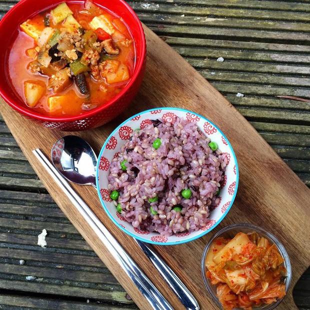 Bữa nào cũng ăn một bát cơm tím: Bí mật giảm cân giữ dáng của phái đẹp Hàn được chính cô nàng blogger xứ Kim Chi bật mí - Ảnh 1.