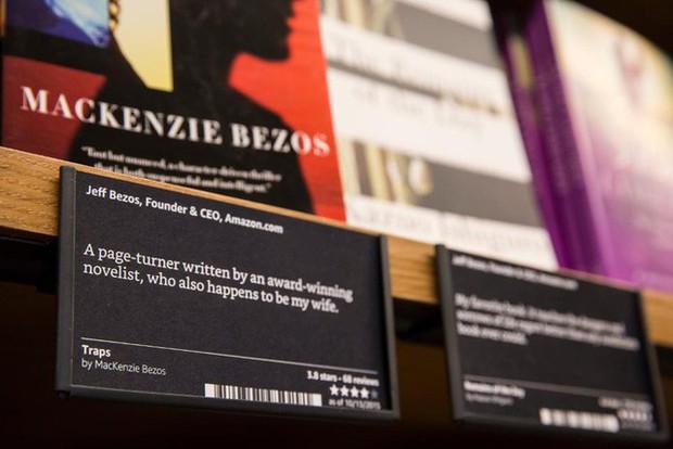 Nhìn lại những nấc thang 55 cuộc đời của tỷ phú Jeff Bezos: Từ gã bán sách bị Phố Wall mỉa mai đến vị trị số 1 chưa có người thay thế - Ảnh 11.