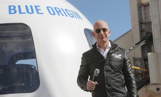 Nhìn lại những nấc thang 55 cuộc đời của tỷ phú Jeff Bezos: Từ gã bán sách bị Phố Wall mỉa mai đến vị trị số 1 chưa có người thay thế - Ảnh 12.
