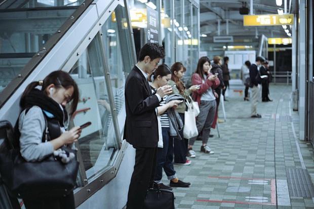 Lo ngại hành khách bước hụt chân xuống đường ray tàu điện ngầm, nhiều nhà ga ở Nhật Bản đã đổi hướng ghế chờ về cùng một chiều - Ảnh 2.