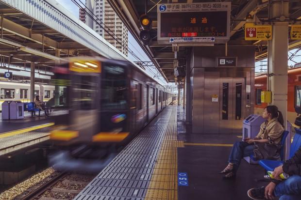 Lo ngại hành khách bước hụt chân xuống đường ray tàu điện ngầm, nhiều nhà ga ở Nhật Bản đã đổi hướng ghế chờ về cùng một chiều - Ảnh 1.