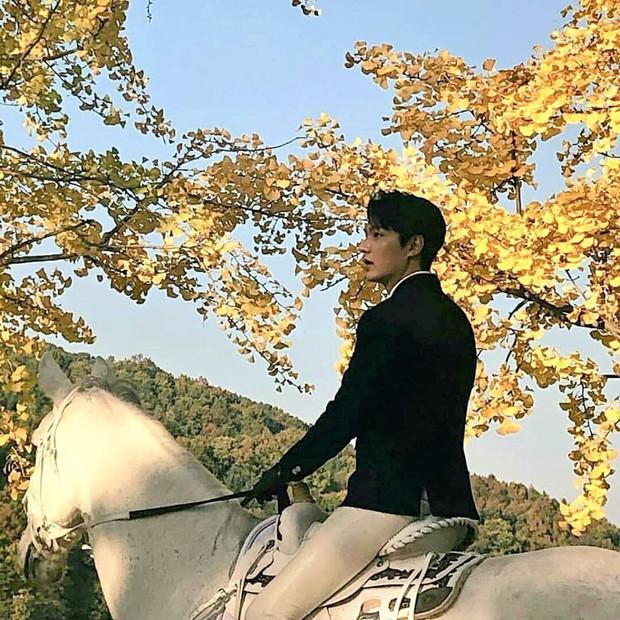 """Chùm ảnh chụp vội gây bão của Lee Min Ho trên phim trường: Đẹp ngẩn ngơ, đến mức dân tình phải thốt lên """"bạch mã hoàng tử là đây"""" - Ảnh 2."""