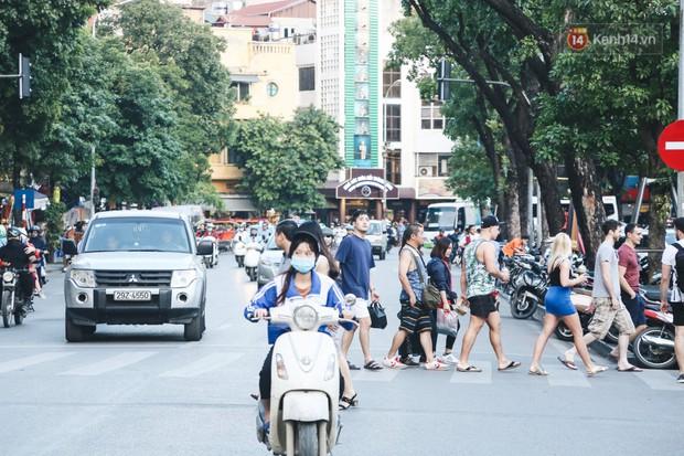 Người Hà Nội nói gì trước đề xuất cấm phương tiện lưu thông quanh Hồ Hoàn Kiếm trong 1 tháng? - Ảnh 6.
