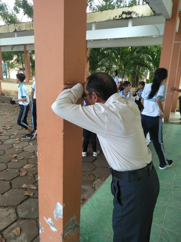 Đang dạy tự nhiên rủ học sinh chơi trốn tìm, thầy giáo trường người ta quả nhiên siêu dễ thương và lầy lội nhất quả đất! - Ảnh 2.