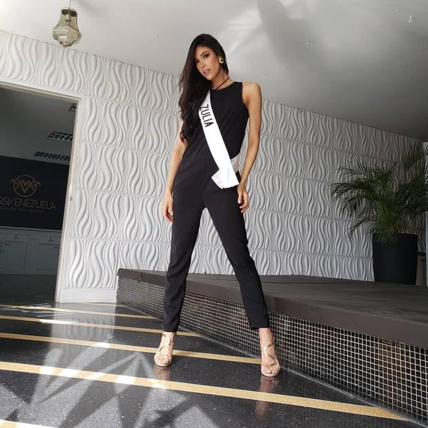 Khoảnh khắc gây lú: Hoàng Thùy đọ sắc cùng Lâm Khánh Chi tại đấu trường Hoa hậu Quốc tế 2019? - Ảnh 2.