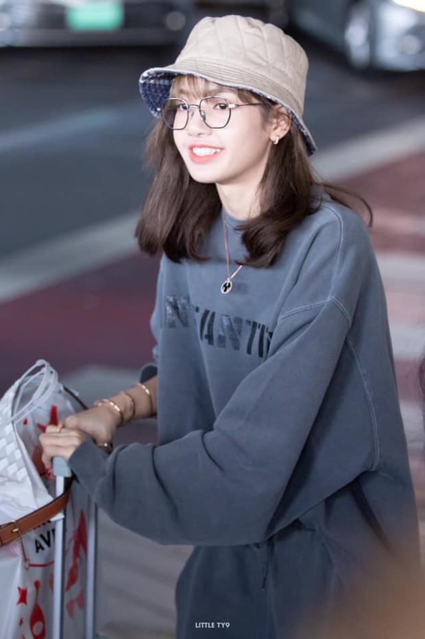 Có ai như Lisa (BLACKPINK), mặc đồ rộng thùng thình qua ống kính fan chụp vội cũng xinh cực phẩm đến mức này! - Ảnh 7.
