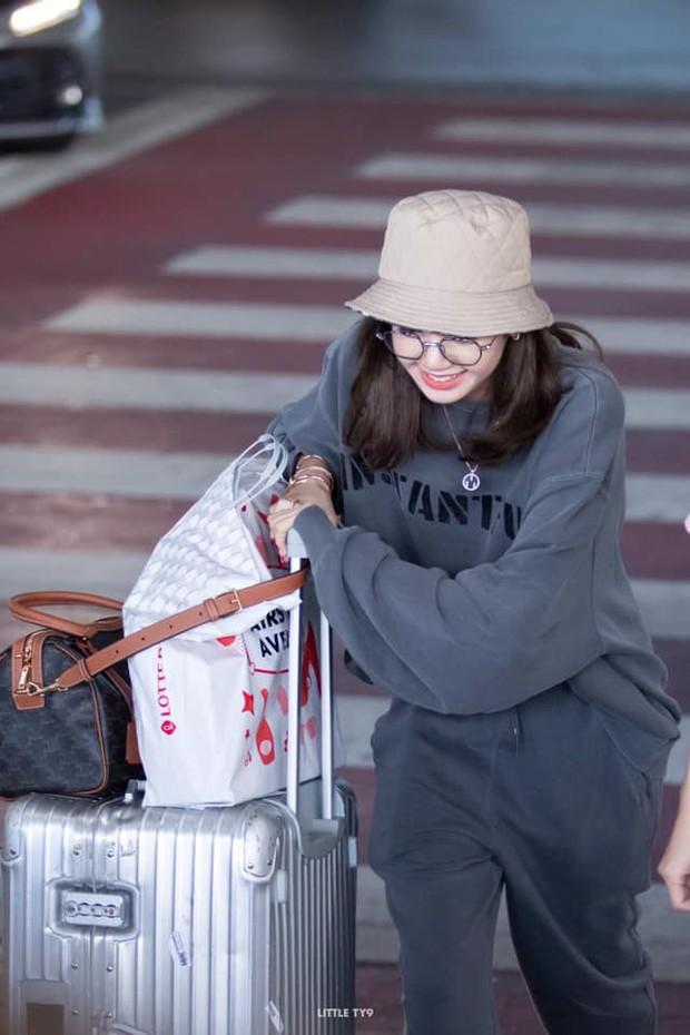 Có ai như Lisa (BLACKPINK), mặc đồ rộng thùng thình qua ống kính fan chụp vội cũng xinh cực phẩm đến mức này! - Ảnh 9.