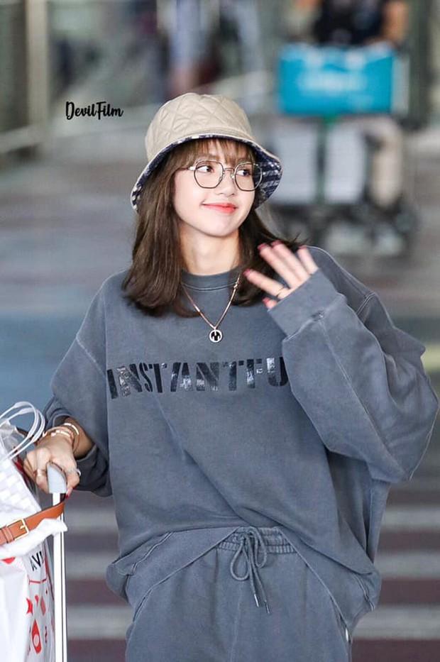 Có ai như Lisa (BLACKPINK), mặc đồ rộng thùng thình qua ống kính fan chụp vội cũng xinh cực phẩm đến mức này! - Ảnh 10.