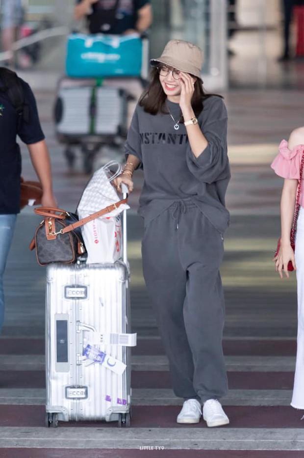 Có ai như Lisa (BLACKPINK), mặc đồ rộng thùng thình qua ống kính fan chụp vội cũng xinh cực phẩm đến mức này! - Ảnh 11.