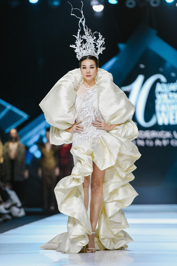 AVIFW Thu Đông 2019: Siêu mẫu Thanh Hằng khoe thần thái đỉnh cao, kết màn hoàn hảo show diễn của quái kiệt Frederick Lee - Ảnh 1.