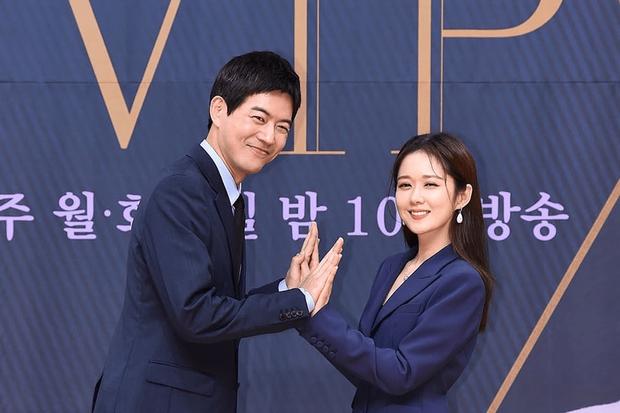 Phim vừa tạo ra cú nổ lớn tại Hàn, Jang Nara và người chồng quốc dân lại gây sốt vì công khai nói về việc hẹn hò - Ảnh 1.